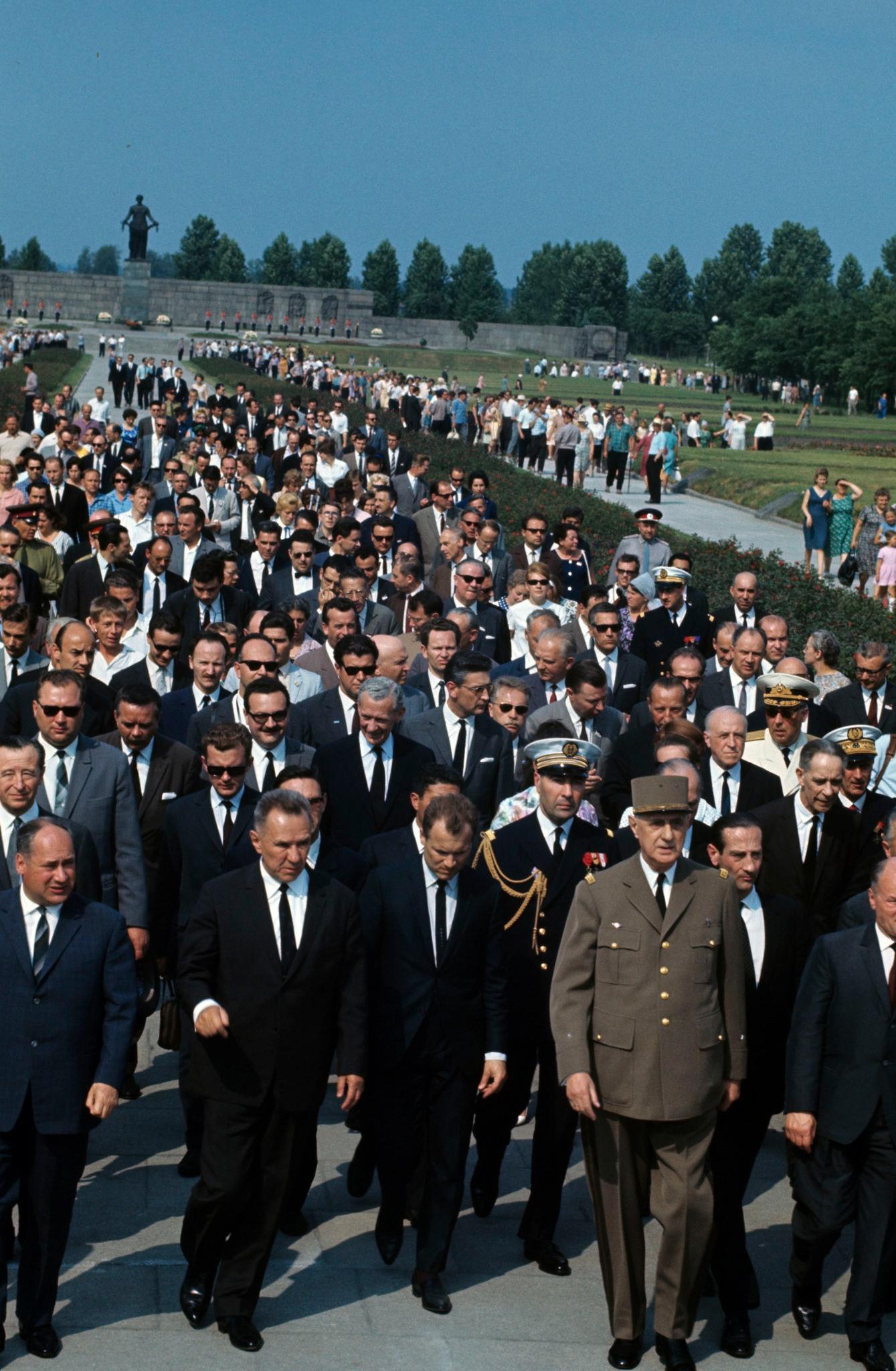 Шарль де Голль в Ленинграде на Пискаревском кладбище