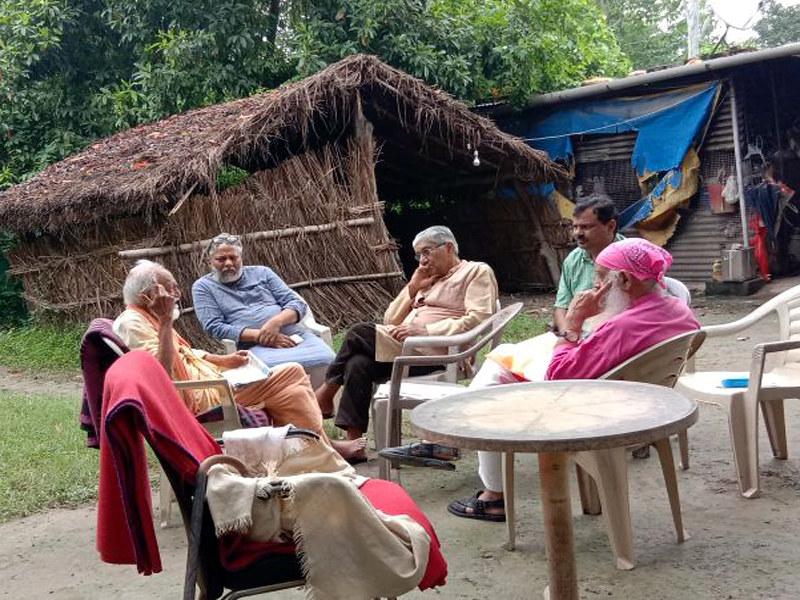 स्वामी सानंद के साथ बैठे अन्य पर्यावरण विशेषज्ञ