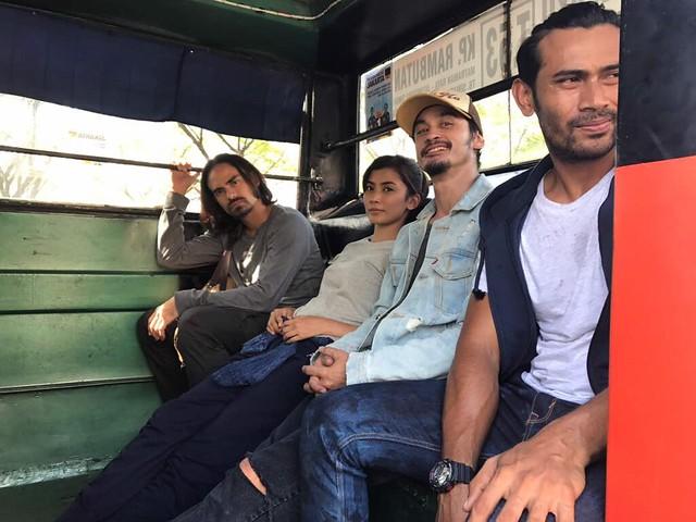 Remy Ishak dan barisan pelakon Dosa di set