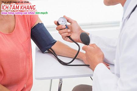 Theo dõi huyết áp thường xuyên và sử dụng thuốc nếu được kê đơn