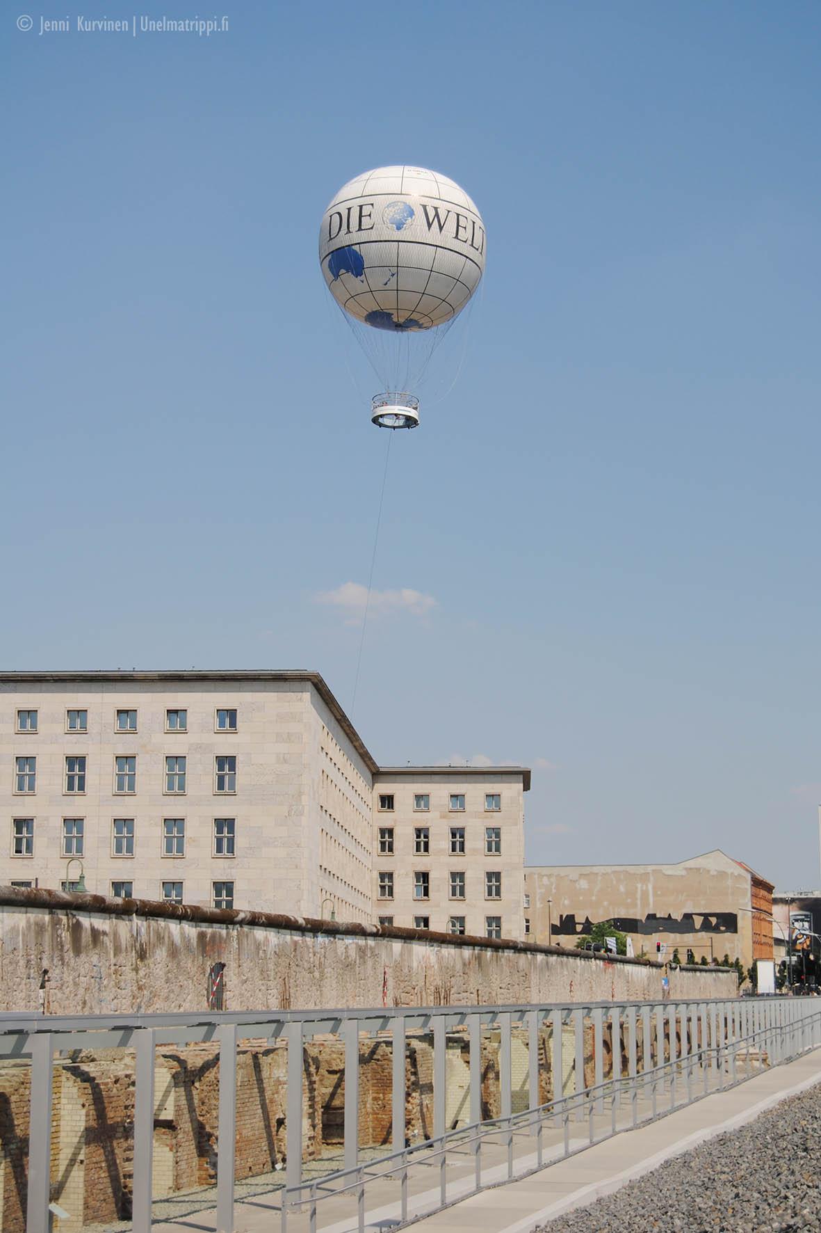 Welt-pallo Topographie des Terrors -muistomerkin yllä kesällä 2010