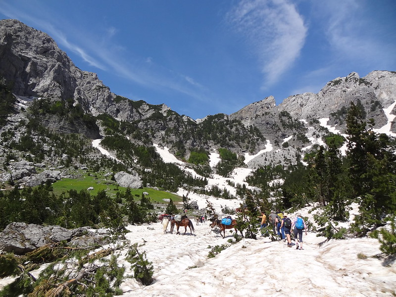 Crossing the first snowy stretch on the trail to the Valbona Pass / Qafa e Valbonës