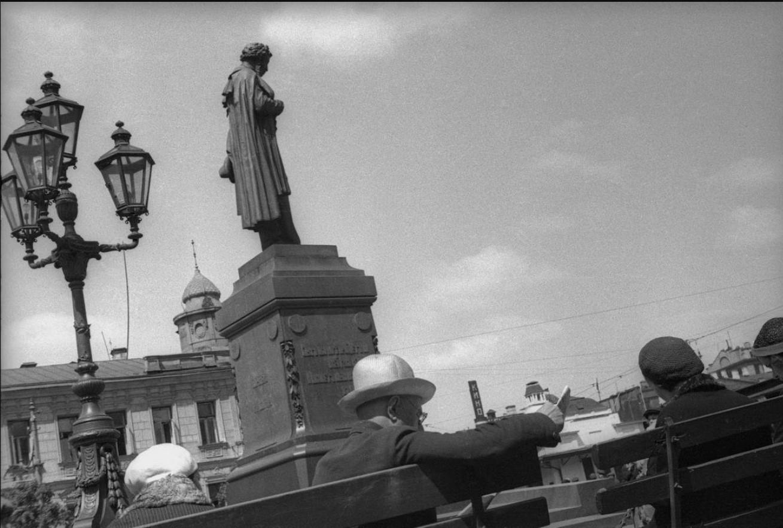 1932. У памятника А.С.Пушкину
