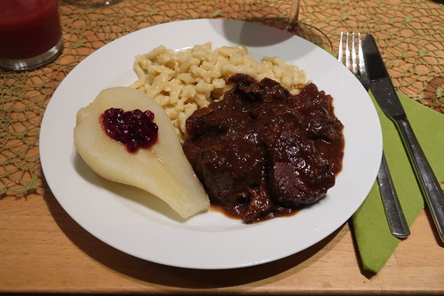 Hirschragout mit Spätzle und heißen Birnen mit Preiselbeeren (mein Teller)