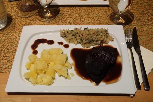 In Rotwein geschmorter Nackenbraten vom Heckrind mit Salzkartoffeln und bayrischem Kraut