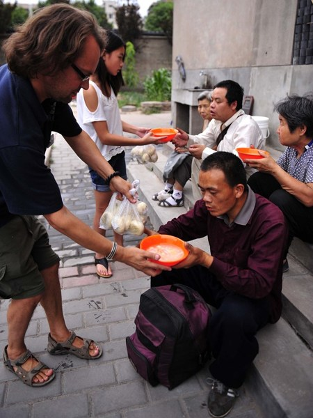 british-man-does-charity-in-china-netizen-reactions-02
