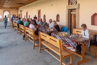 Mittagsimbiss im Atrium des Töpferfamilienhauses in Gijduvan