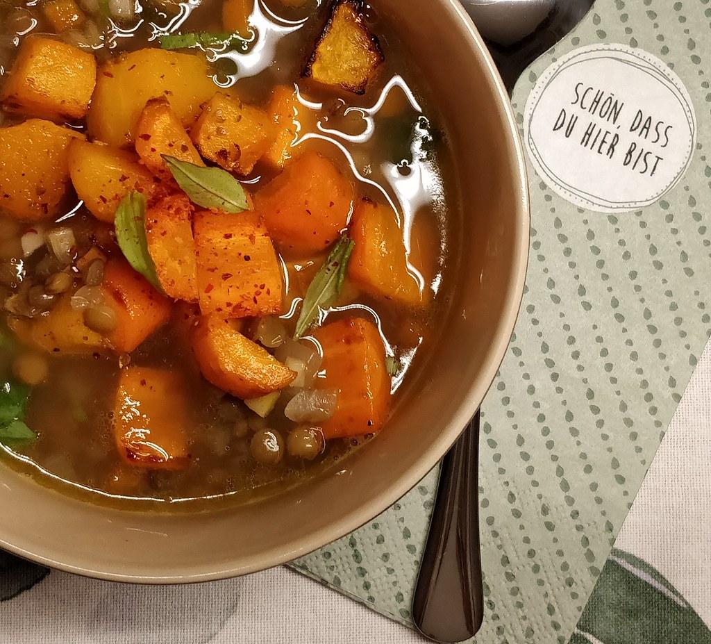 Linsensuppe mit Kürbis und Karotten aus dem Ofen