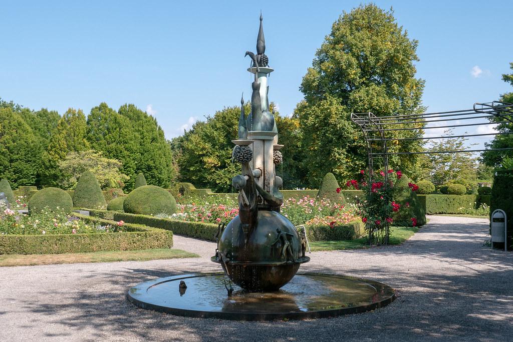 c6dce4492b9df2 ... Britzer Garten  Brunnen im Rosengarten - Fountain in the Rose Garden