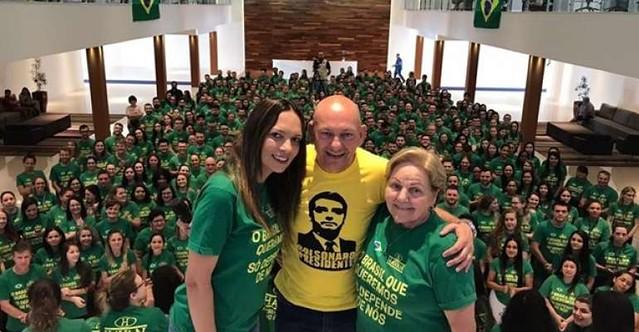 No dia 2 de outubro, cinco dias antes do primeiro turno, Luciano Hang publicou imagem com funcionários da Havan e camiseta de Bolsonaro - Créditos: Foto: Reprodução Twitter