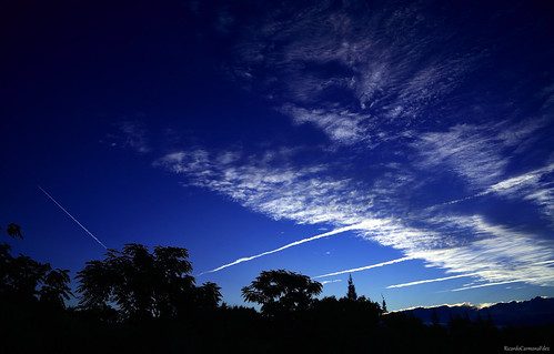 Blue dawn with trails - Amanecer azul con estelas