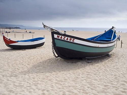 Embarcaciones típicas de #Nazaré. En la playa se pueden ver, además de las barcas, una exposición al aire libre de los secaderos de pescado. #leiria #praiadanazare #portugal #loveportugal #lovenazaré #summer