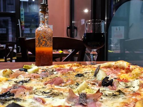 Pizza y vino rosso