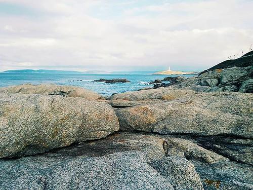 Entre las piedras. Al fondo, la Torre de Hércules. #coruña #torredehercules #stones #otoño #ocean #oceanoatlantico #phonephoto