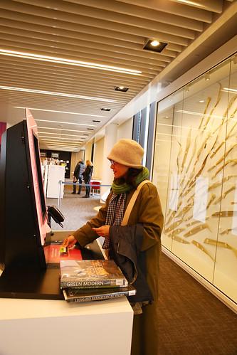 Customer using self-issue machine, Waruwarutū