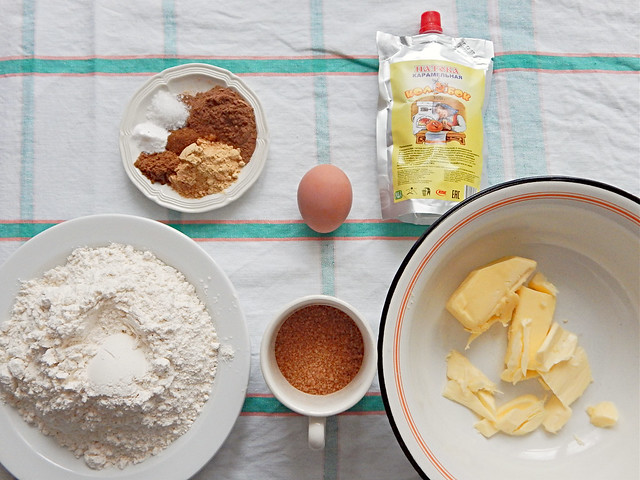 мука, соль, сода, специи, патока, масло, сахар и яйцо