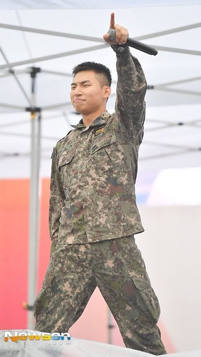 2018-10-05 Daesung and Taeyang at Ground Forces Festival