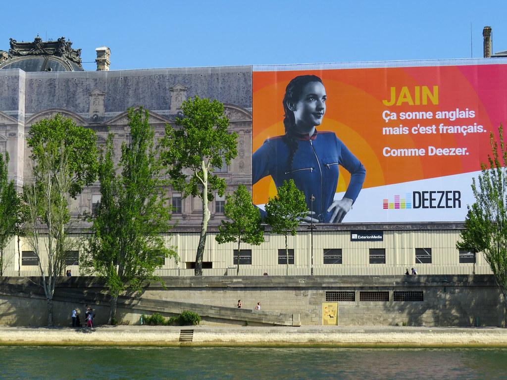 Реклама на павильоне Денон