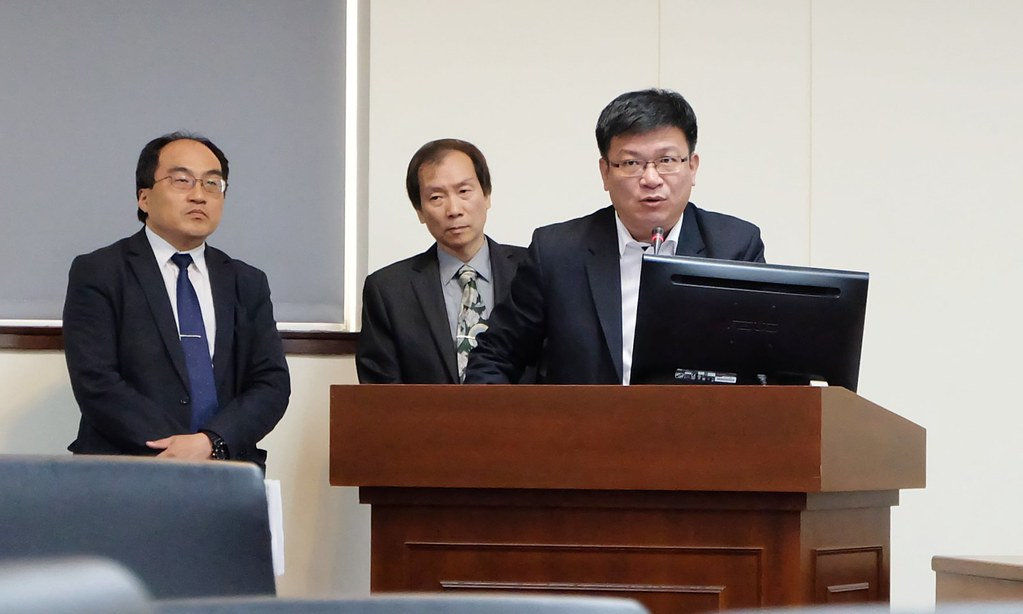 經濟部次長曾文生(右1)與經濟部中辦、工業局長回覆立委對農地工廠的質詢。攝影:陳文姿