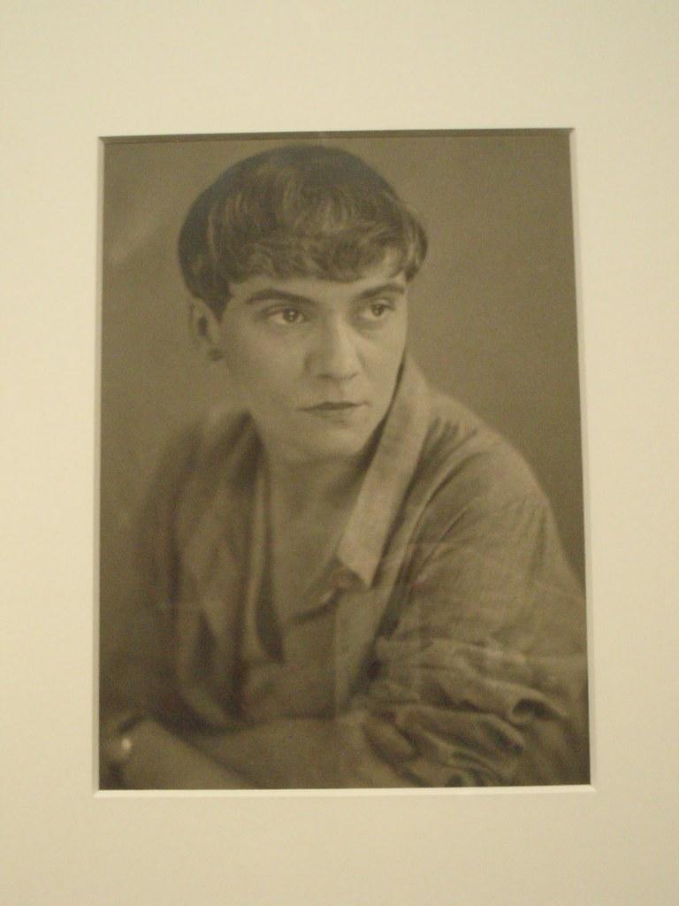 Retrato de Yvonne Chevalier en 1932. Fotografía de Marianne Breslauner.