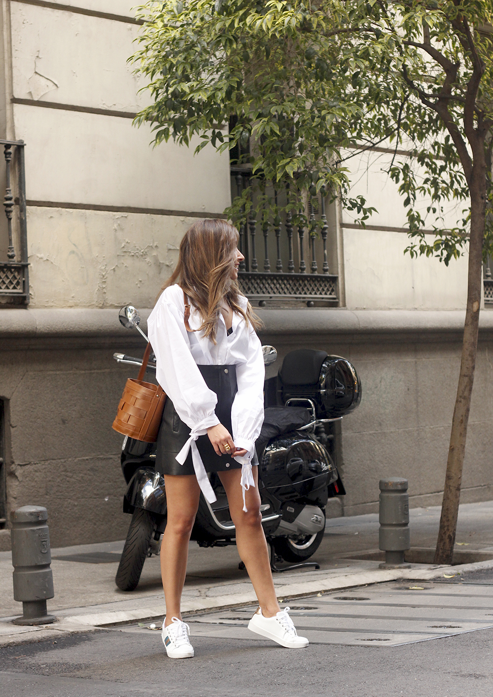 black leather skirt white shirt white sneakers la redoute street style fall outfit 201807