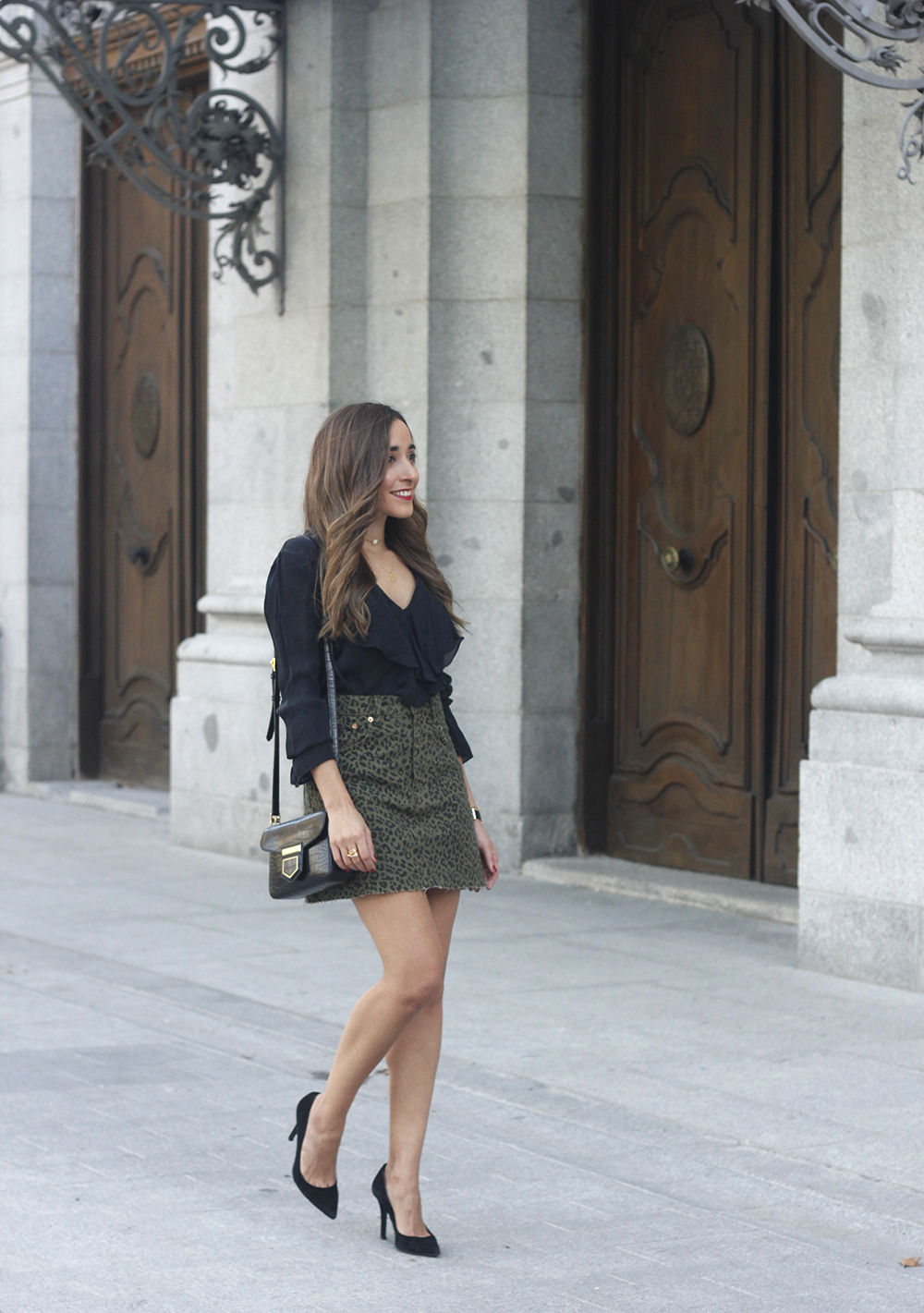 leopard denim skirt givenchy bag street style outfit 2018 autumn01