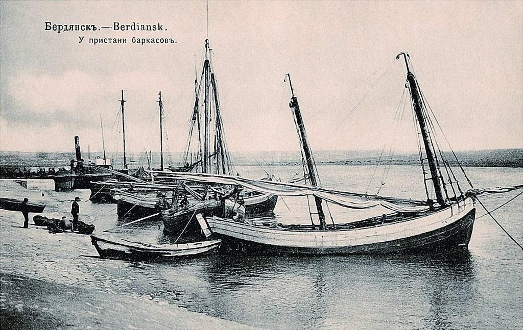 У пристани баркасов