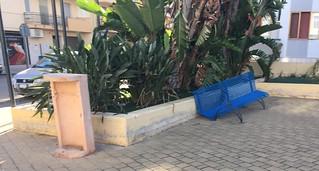 Panchina e cestino portarifiuti rotti in piazzetta Mazzini