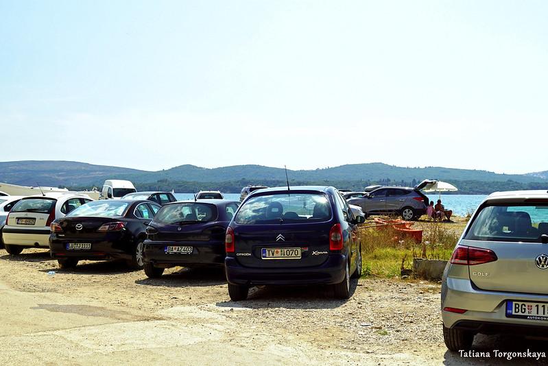 Бесплатная парковка рядом с пляжем. Тиват