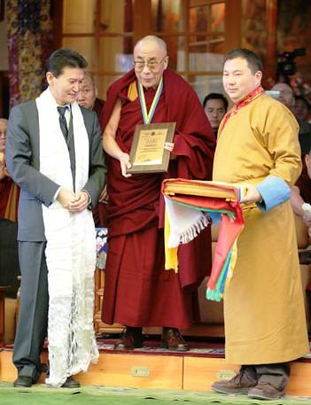 Telo Tulku Rinpoche and Kirsan Ilyumzhinov give the highest award of the Republic of Kalmykia to His Holiness the Dalai Lama in Dharmasala, 2006