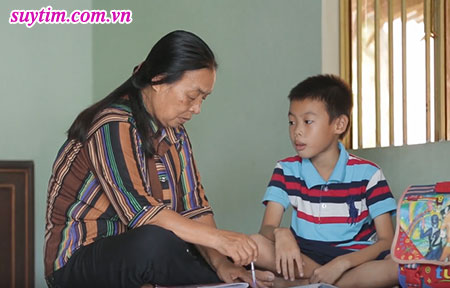 Bà Long cùng với đứa cháu của mình