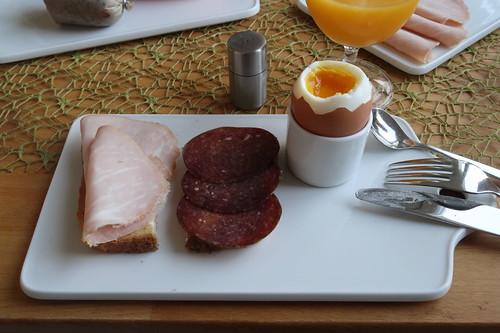 Kochschinken und Rindersalami (von der Fleischtheke im SuperBiomarkt) auf Toast zum Frühstücksei