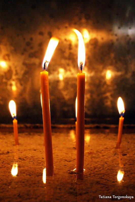 Свечи, поставленные верующими