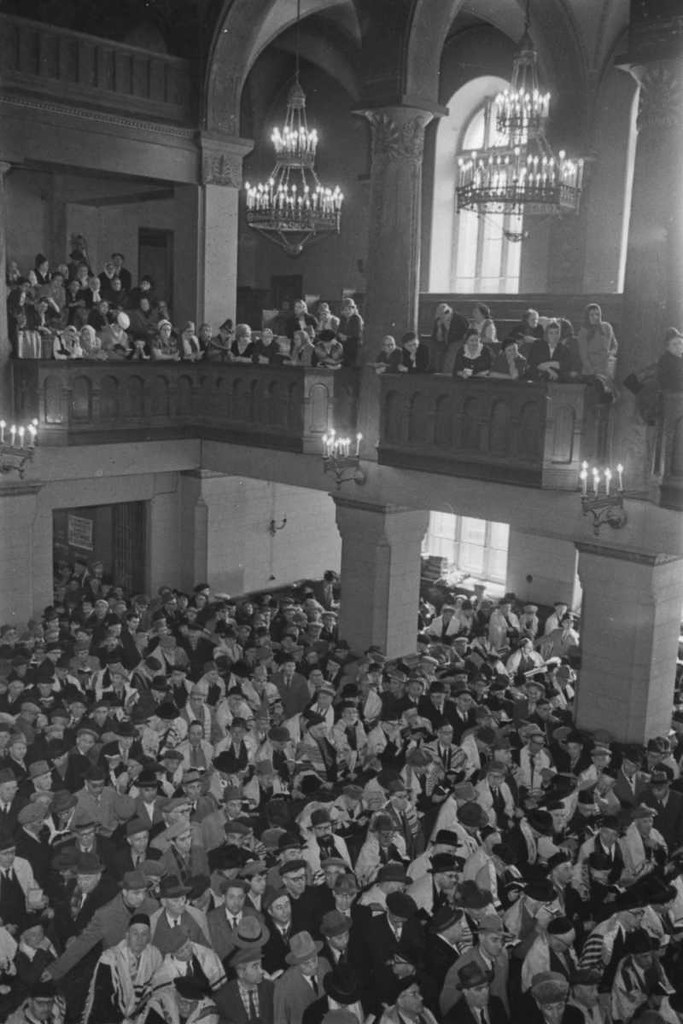 1965. Собираются на богослужение